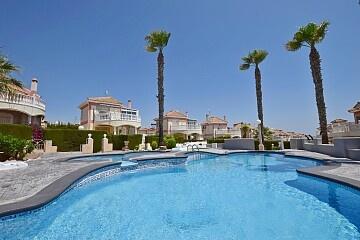 Vila de lux cu 3 dormitoare cu vedere la piscină în Los Altos in Ole International