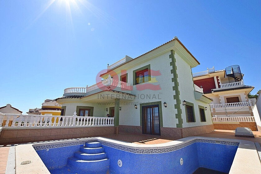Luxury 3 bedrooms villas with sea views & private pool in Ole International