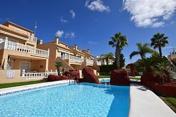 Casă cu 4 dormitoare în fața piscinei lângă Villamartín in Ole International
